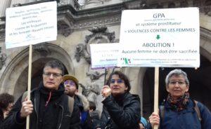 3 mmeebres CIAMS avec pancartes contre les violences faites aux femmes